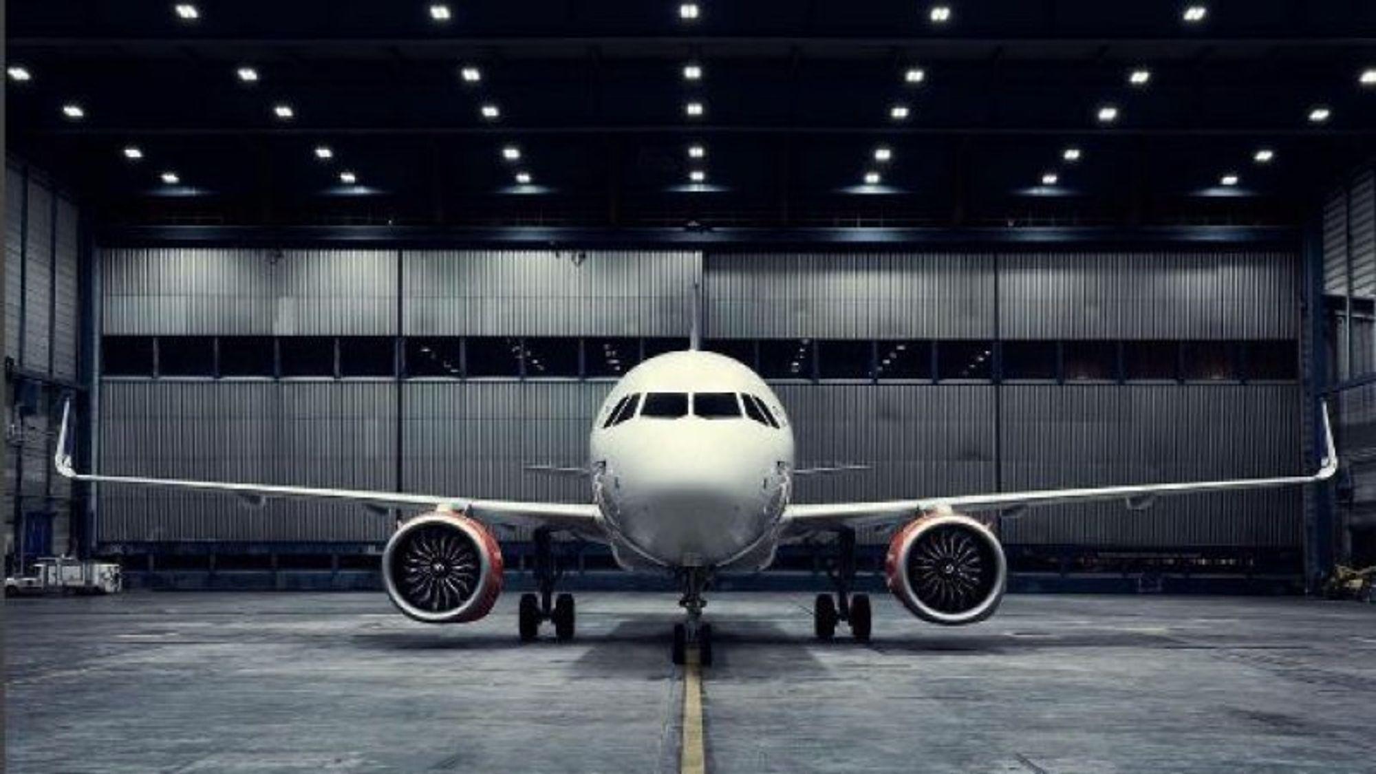 Airbus' A320neo stående i hangaren til SAS i Københavns Lufthavn. Legg merke til de såkalte wingletsene med vertikal utforming på tuppen av vingene.