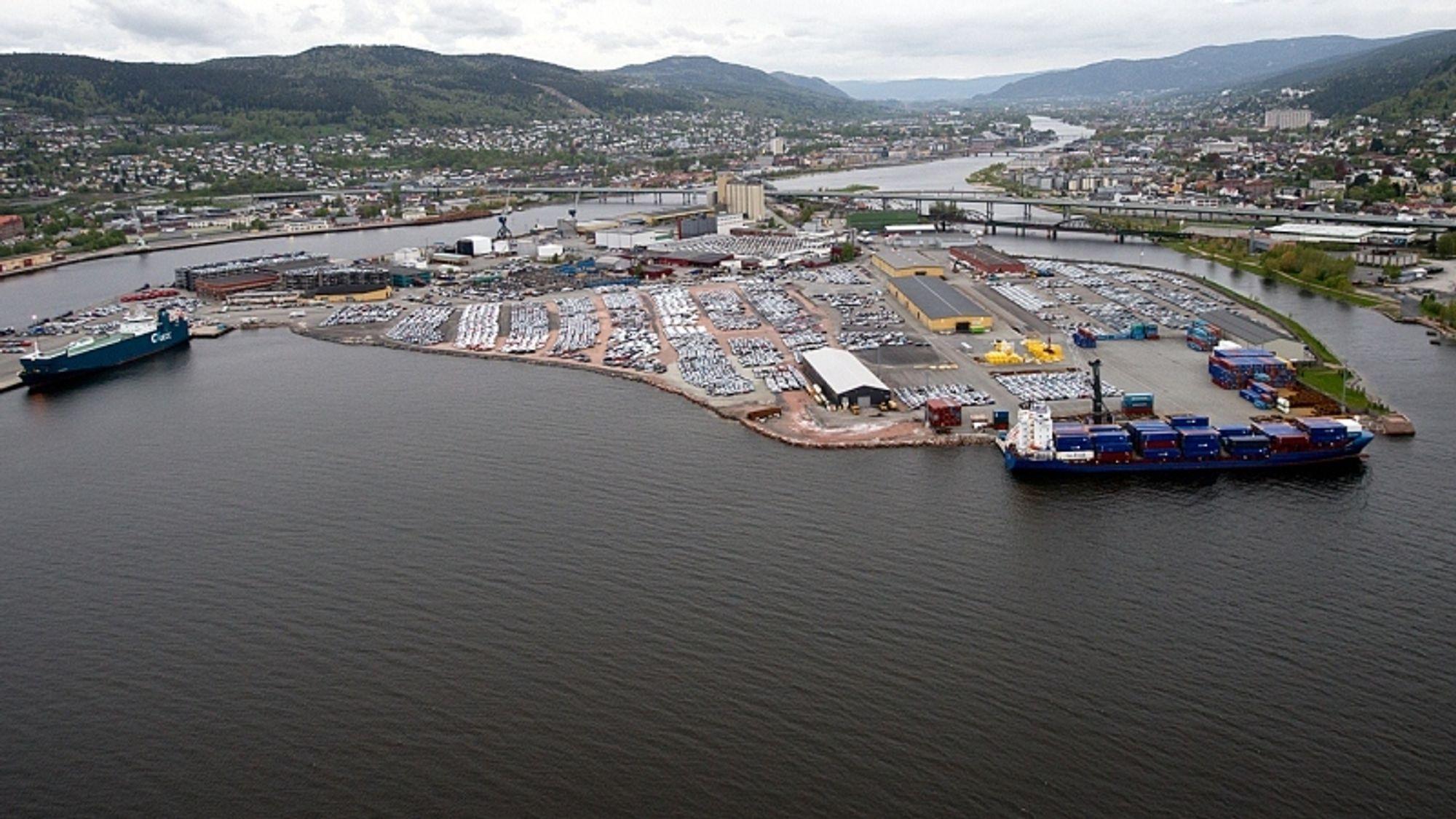 Området til venstre og midt på bildet skal fylles ut og skaffe Drammen ytterligere 150.000 kvadratmeter. Bildet er tatt før jernbanesporet ble lagt inn, rett til venstre for de to gule lagerbyggene. Nye spor for containeromlasting skal legges til høyre ved lagerbyggene.