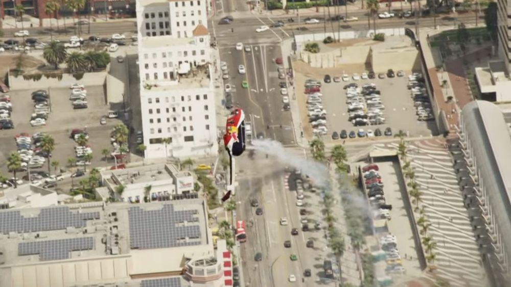 Chuck Aaron flyr oppvisning i Red Bulls Bo 105-helikopter.