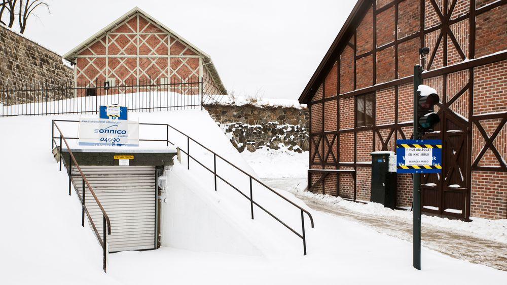 Ett år og tre måneder etter den planlagte åpningen ser det endelig ut som om den nye ladegarasjen under festningen i Oslo vil være klar for åpning.