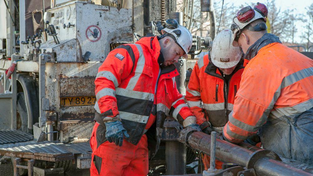 Thomas Hansen, Kenneth Truelsen og Anders Bøgholm i danske Geo gjennomfører grunnundersøkelsene i forbindelse med den nye jernbanetunnelen.