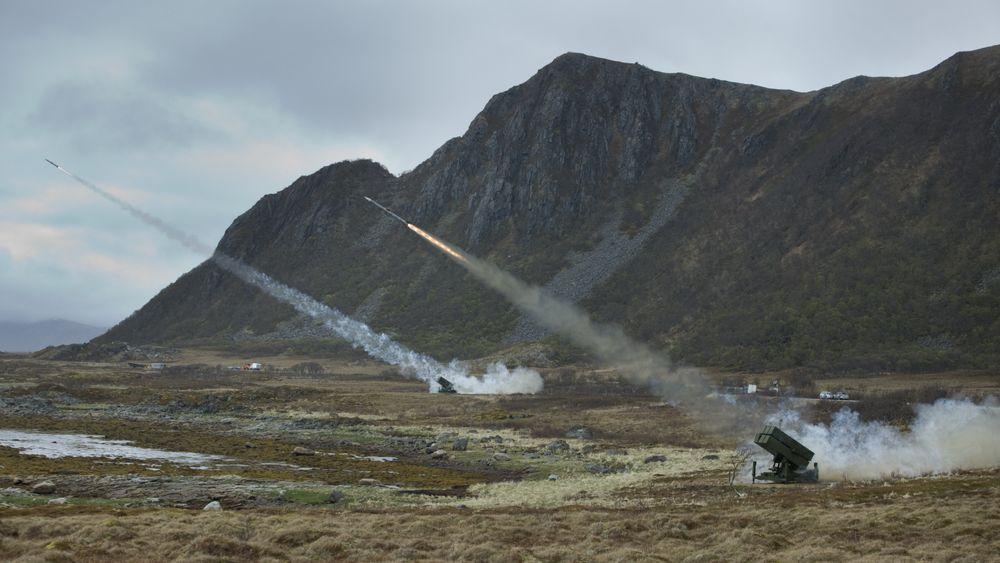 Nasams er utviklet av Kongsberg sammen med Luftforsvaret, Forsvarets forskningsinstitutt (FFI) og Raytheon.