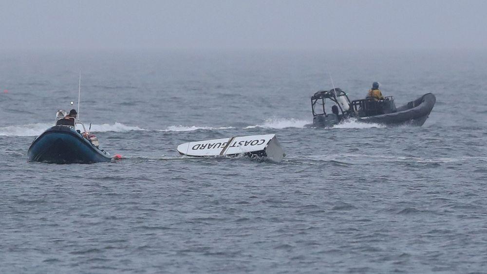En sponson fra ulykkeshelikopteret - én av mange vrakrester som hittil er funnet i sjøen.
