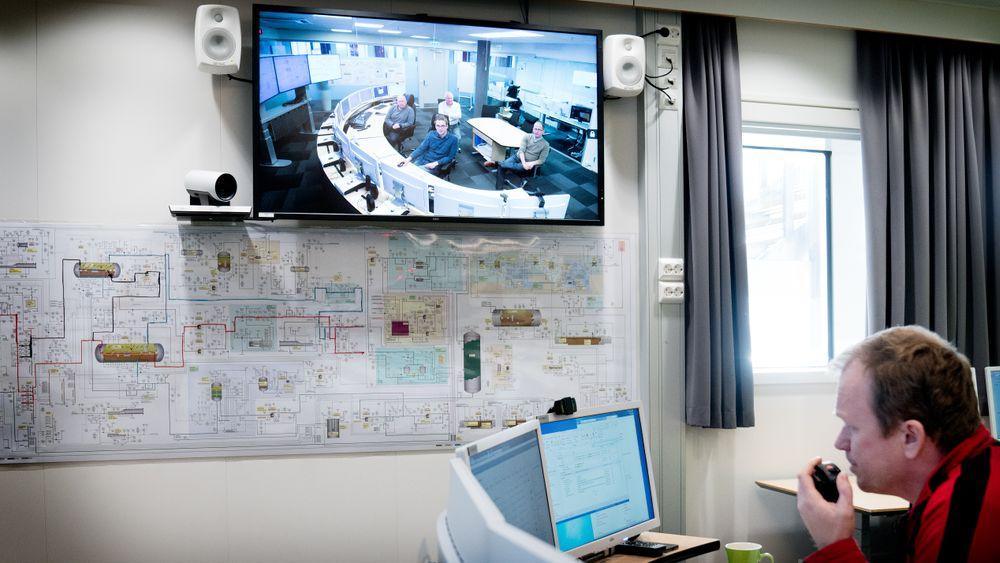 Da Teknisk Ukeblad besøkte Ivar Aasen-plattformen tidligere i år, var kontrollrommet bemannet. Men i teorien kan kontrollrommet fjernstyres fra land. På skjermen i bakgrunnen ser man kontrollrommet på land.