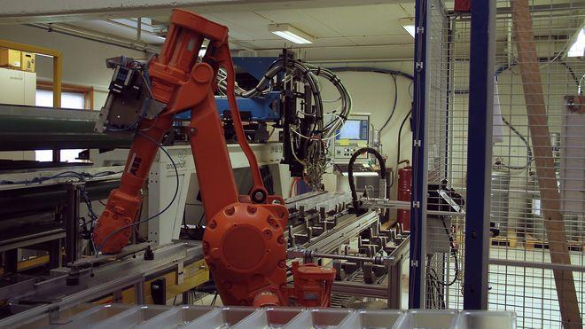 Nominert til Norges smarteste industribedrift: Nå har Plasto flere roboter enn ansatte i produksjonen