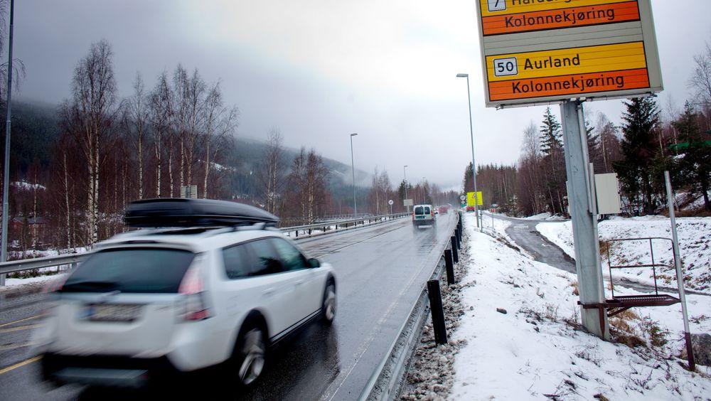 Regjeringen trosser Vegvesenets anbefalinger og utpeker flere veier som hovedforbindelse mellom Østlandet og Vestlandet. Her fra kolonnekjøring på riksvei 7 over Hardangervidda og riksvei 50 til Aurland.