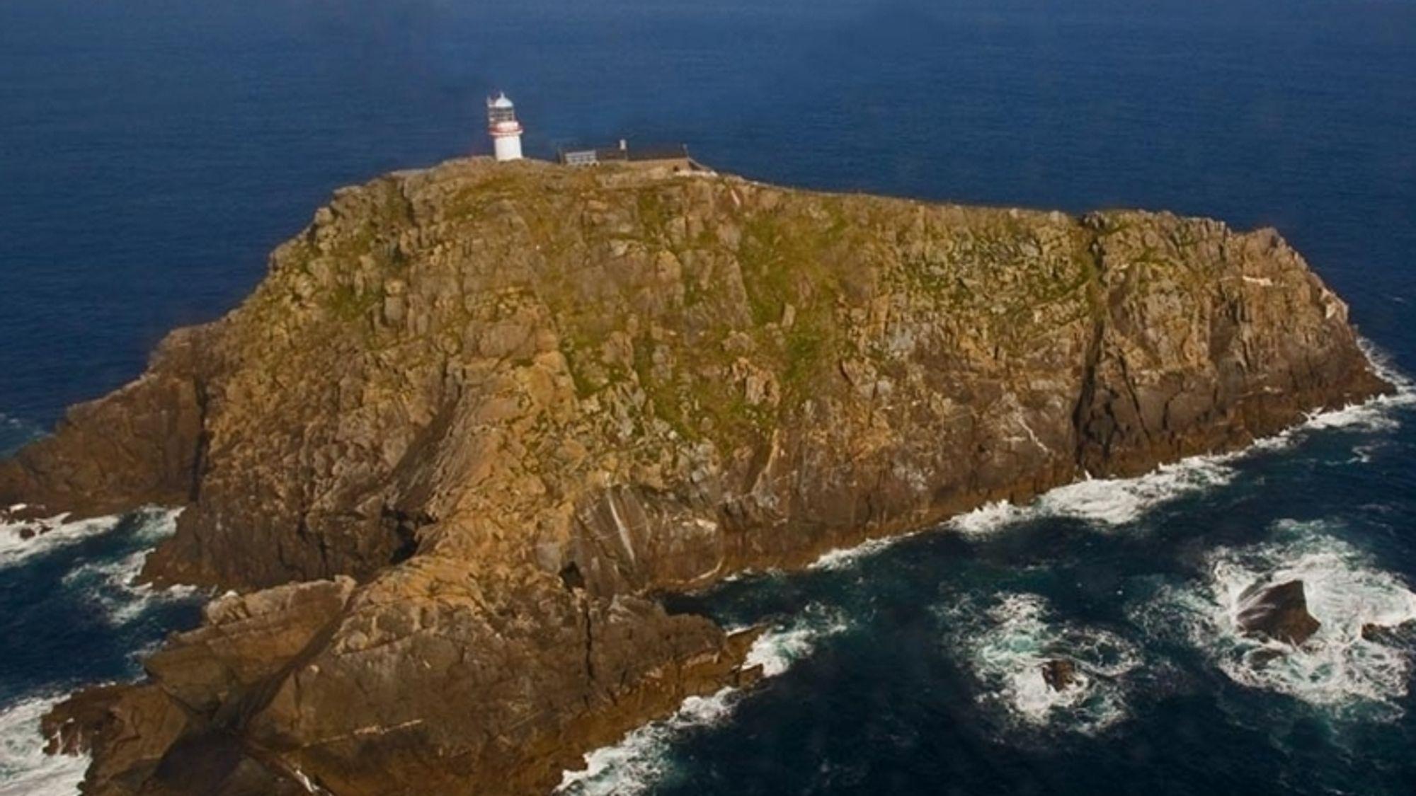 Ifølge den irske flyhavarikommisjonen har helikopterhalen kommet i kontakt med fjellsida på vestsida av øya (til venstre på bildet), men det er for tidlig å si noe om hvorfor og hva besetningens intensjoner var.