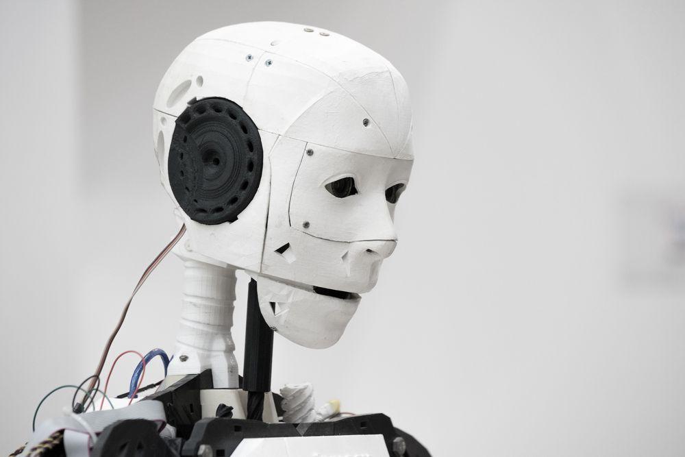 Blant de store problemstillingene rundt kunstig intelligens, er hvordan man skal kunne gi roboter moralsk bevissthet, slik at de ikke gjør noe galt.