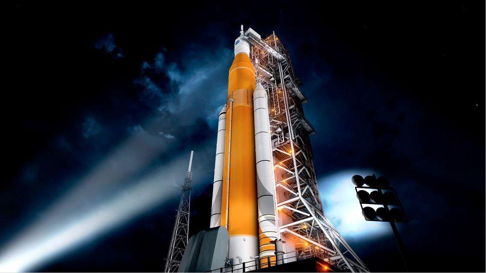 Orion: Illustrasjon av et Orion-romfartøy montert til et Space Launch System bærerakett ved Kennedy-romsenteret i Florida. Kombinasjonen får en høyde på 65 meter.