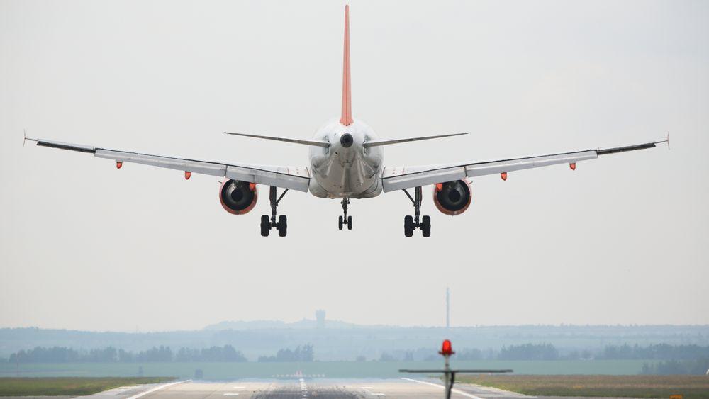 Flere hundre fly har havnet i trøbbel på grunn av turbulens skapt av passerende fly - og det er et økende problem.