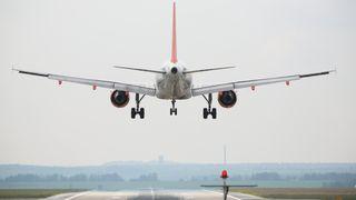 Passerende fly skaper turbulens. Flere hundre ganger har det gitt flyvere problemer