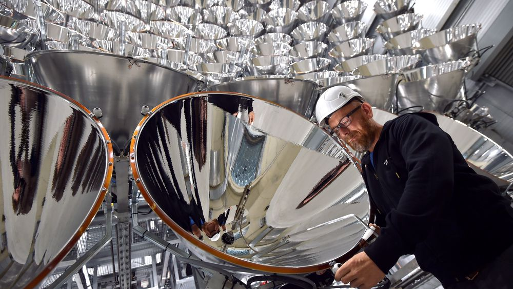 Volkmar Dohmen, ansatt ved det tyske luftfartsenteret, står foran Xenon-lampene som utgjør den kunstige solen i Jülich.