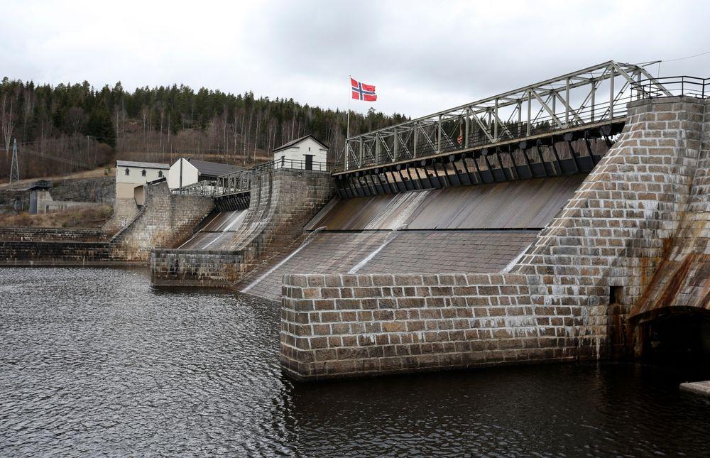 Norske kraftkabler mister fire prosent av kraften på vei til Danmark, som bidrar til at driften går i minus 62 prosent av tiden. Illustrasjonbildet er av Rånåsfoss kraftverk.