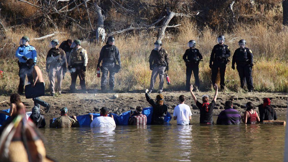 Oljerørledningen har vakt sterke reaksjoner. Her fra en protest i ved Cannon Ball i Nord-Dakota i november.