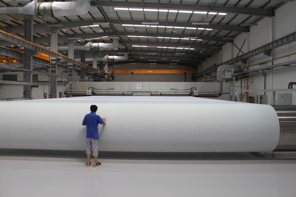 Alfsen og Gunderson er verdensledende på maskiner for fiksering av filt og virer til papirmaskiner. Her fra en tidligere leveranse til Kina.