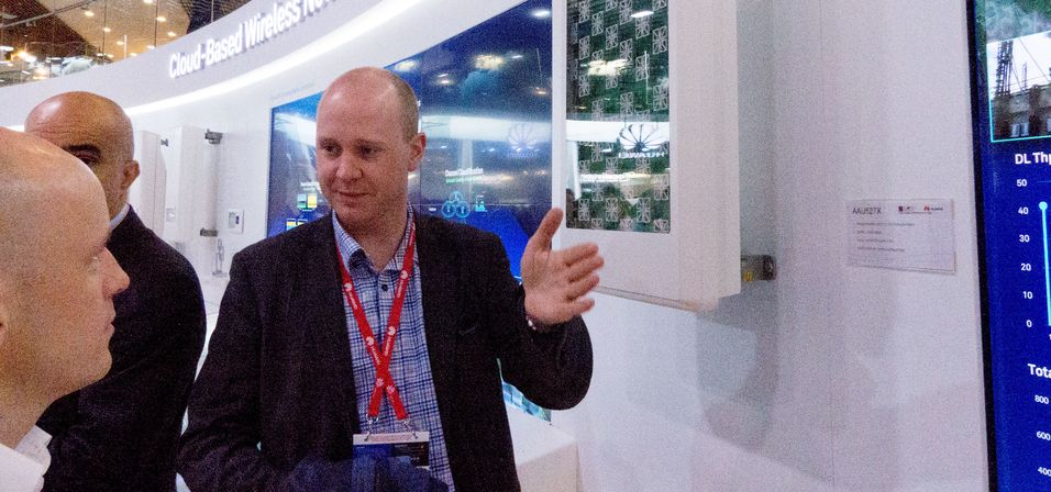 Produktsjef Eivind Mikkelsen i Huawei forklarer hva skyteknologi har å gjøre i mobilnettene for Inside Telecom-kollega Varog Kervarec (til venstre) under Mobile World Congress i Barcelona 1. mars.