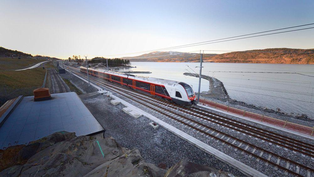 Dobbeltsporet langs Mjøsa åpnet 1. desember 2015. I et par måneder etter 11. desember 2016, kunne togene kjøre i 200 kilometer i timen, før hastigheten måtte settes ned.