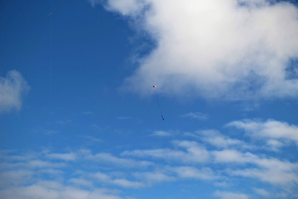 Måler på vei ned: Satellittene vil falle ned i fallskjerm og måle data underveis.