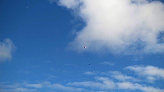 Her flyr en fullt funksjonsdyktig satellitt bygget i en 33 cl brusboks