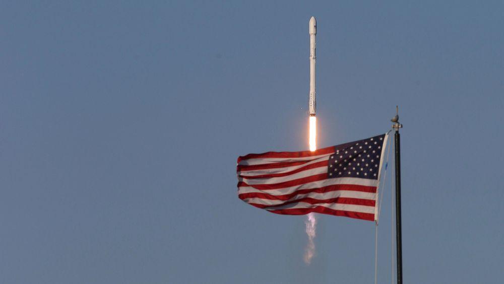 SpaceX klarte torsdag for første gang å lande en gjenbrukt rakett. Her fra oppskytingen.