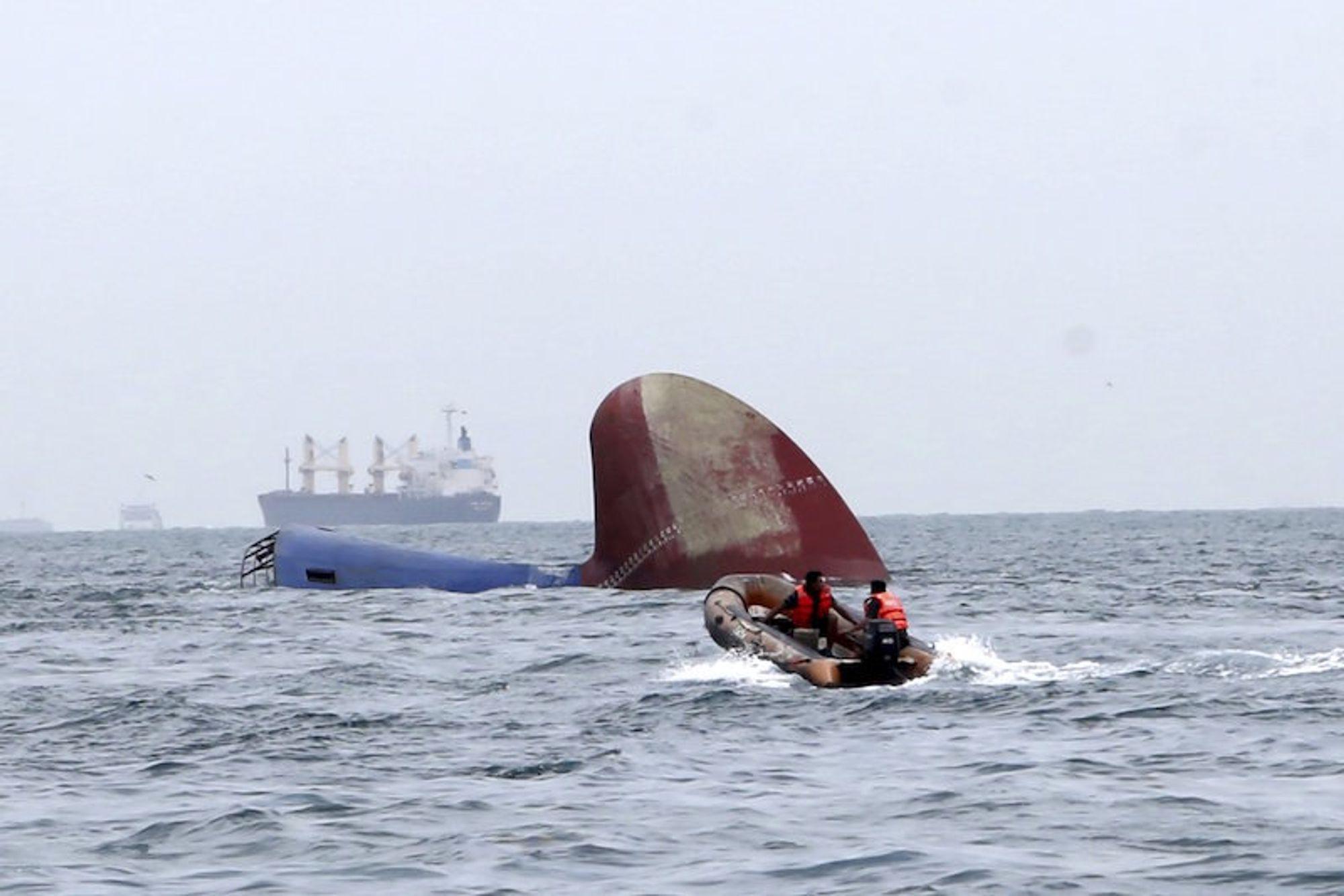 Et indonesisk redningsteam ved baugen til Thorco Cloud. Seks av mannskapet på 12 ble reddet.