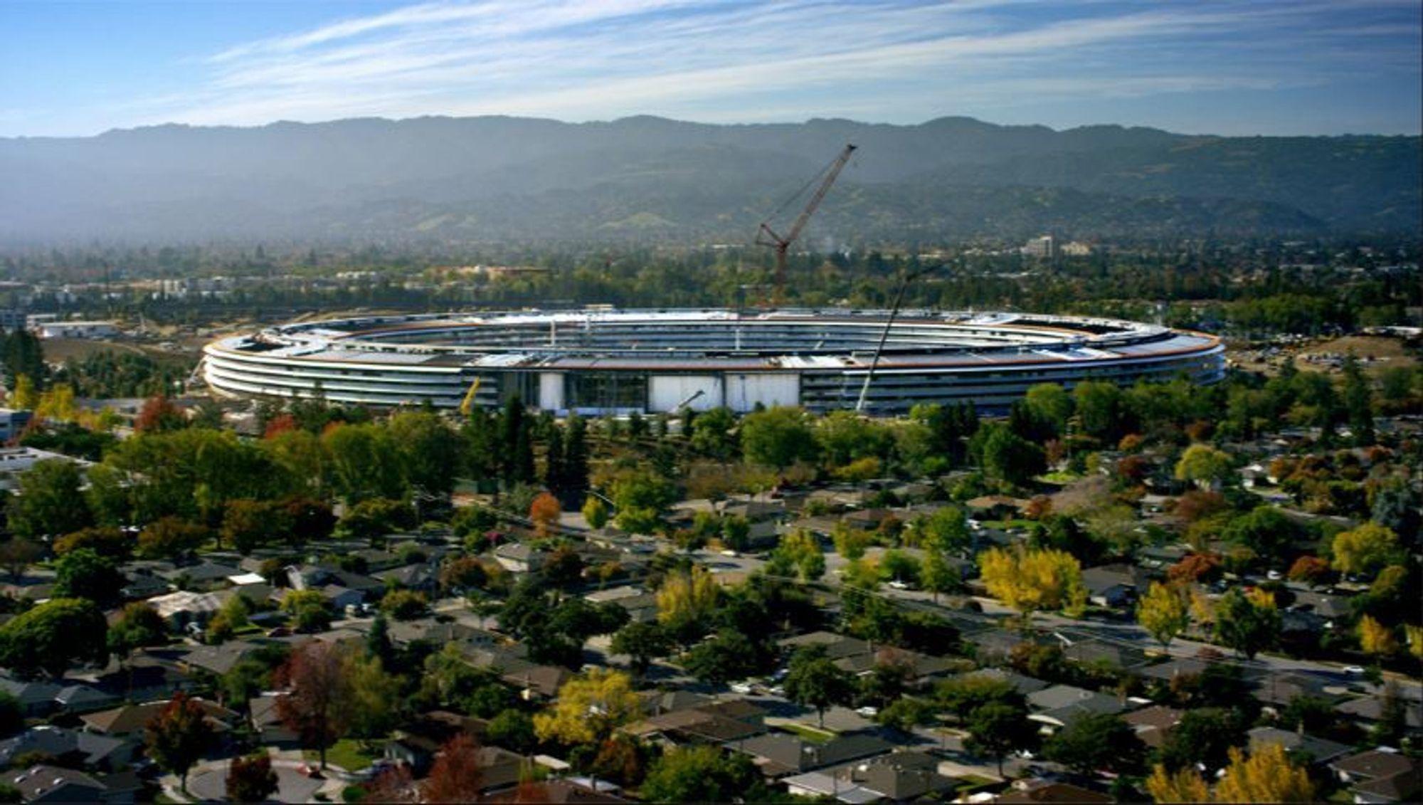 I løpet av April flytter de første ansatte inn i Apples nye, enorme hovedkontor.