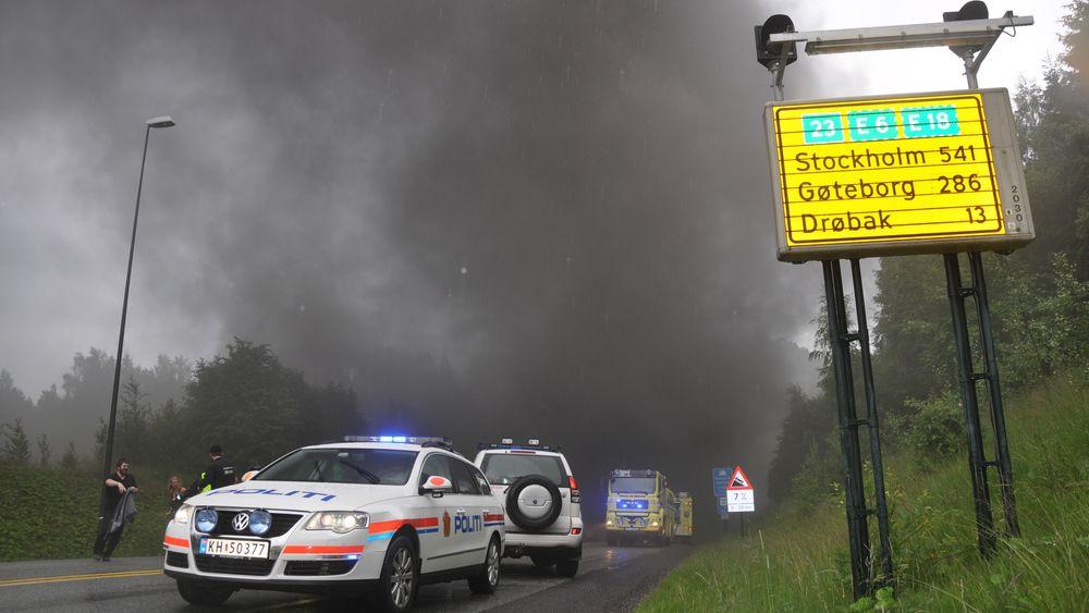 Det ble dramatisk etter at en lastebil torsdag tok fyr nær bunnen av Oslofjordtunnelen i juni 2011, Røyk veltet ut av begge tunnelåpninger.