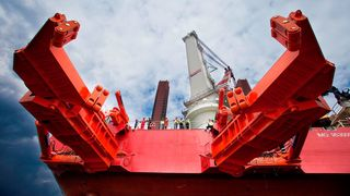 Slik kontrollerer du et 700 tonns beist av et stålrør midt på det åpne hav