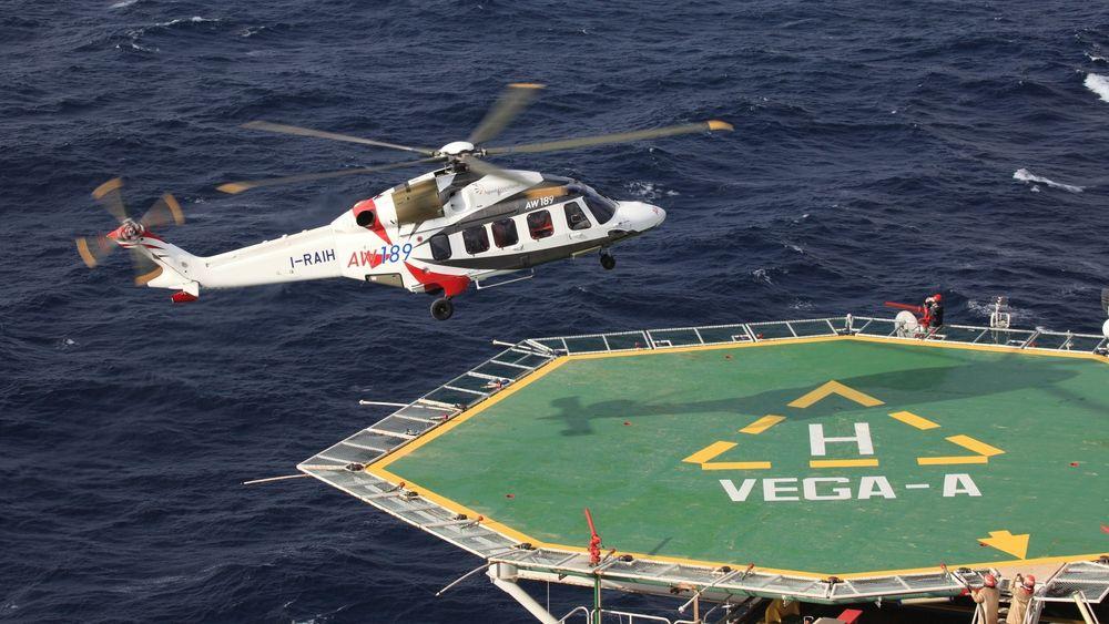 Et av Leonardos AW189-helikoptre går inn for landing på Vega-A like sør for Pozzallo på Sicilia.