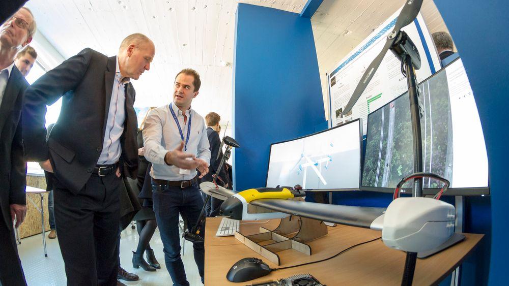 – Jeg har fått tilgang på 10 millioner bilder fra TrønderEnergi i mitt studium for å erstatte helikopter med drone i kraftlinje-inspeksjon, sier Per Magnus Veierland til Telenor-sjef Sigve Brekke.