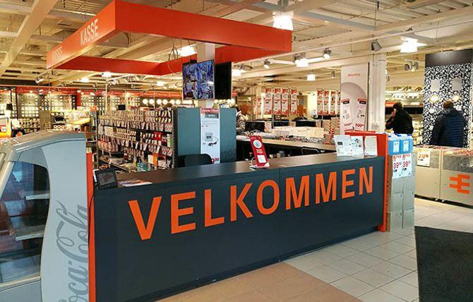 BUTIKKDESIGN: Elektroimportøren legger mye arbeid i å få butikkene til å fremstå som rene, lyse og ryddige. Her fra kasseområdet i butikken på Ski i Akershus.