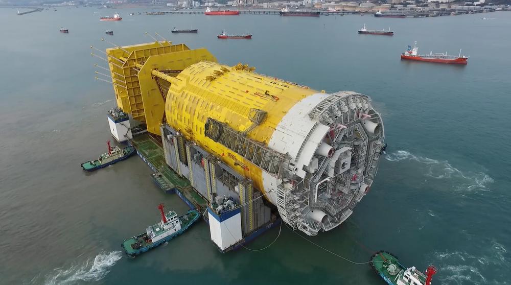 Understellet på Aasta Hansteen veier 46.000 tonn og har en to måneder lang ferd foran seg til Norge.