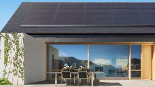 Teslas nye solceller ligger klistret mot taket