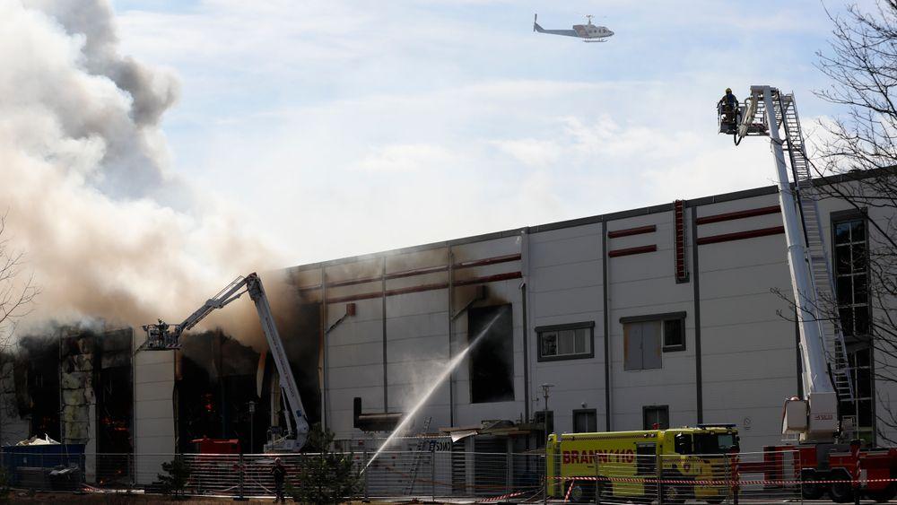 Brannen ved Asko i Vestby i Akershus blusset opp igjen tirsdag formiddag. Det var mye røyk og naboer ble bedt om å lukke dører og vinduer.