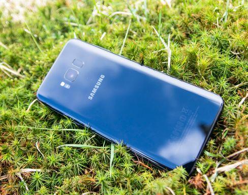 Baksiden av telefonen likner mye på den du kanskje kjenner fra Galaxy S7. Unntaket er fingersensoren ved siden av kameraet. Det er en litt uheldig plassering.