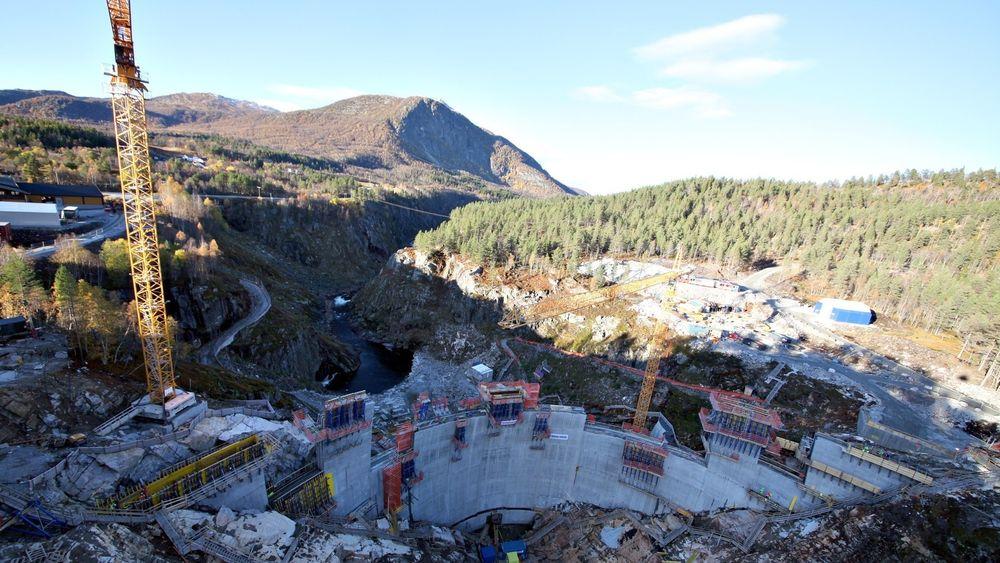 Den 50 meter høye Sarvsfossen dam i Setesdal sto klar til å ta i mot vårflommen i 2014.