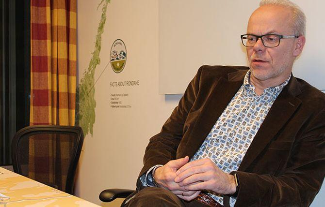 Bildet viser en betenkt Jan Grønbech.