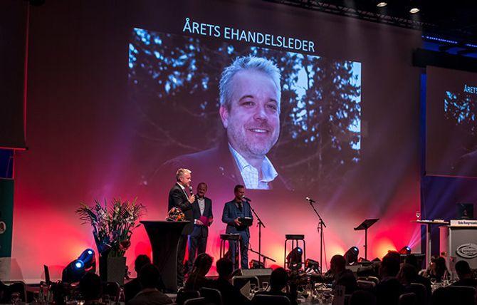 Eric Sandtrø mottar beviset på at han er årets ehandelsleder 2015.