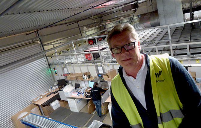 APOTEKLAGERET: Geir Eide, administrerende direktør i Komplett Apotek, inne på robotlageret som tar seg av bestillingene som tikker inn i Sandefjord. I løpet av fem år håper han å være der svenske Apotea er i dag.
