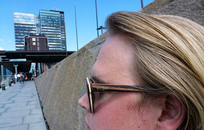 Solbrille-gründeren i profil iført et par VUDDpecker-briller.