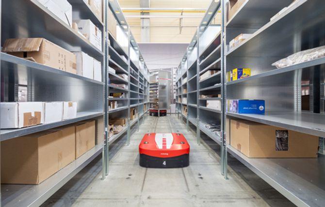AGV-løsninger, som Swisslogs CarryPick, her i aksjon på Schenkers 3PL-lager på vegne av kunden Lekmer.com i Stockholm, frakter varer frem til plukkstasjonen.