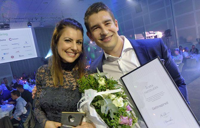 Silje og Sindre Landevåg smiler om kapp etter å ha sikret seg prisen som «Årets Nettbutikk» for deres mangeårige engasjement med nettbutikken Get Inspired.