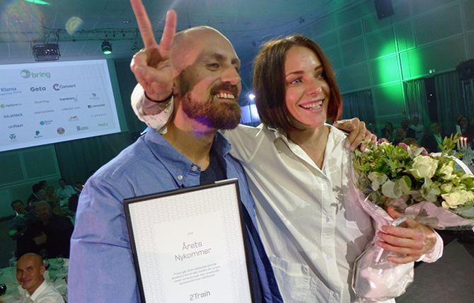 Kjartan Bjørkvold, Grethe Kristine Kraugerud og nettbutikken 2train stakk av med prisen som » Årets Nykommer» på Bring-konferansen Load 2016.