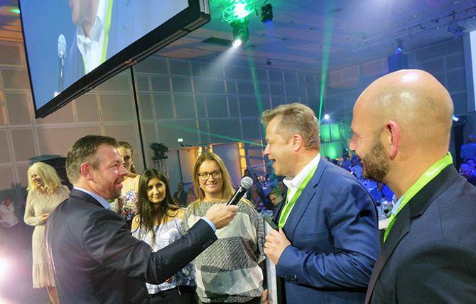 Endelig kunne denne gjengen fra Kristiansand få det synlige beviset på at de er folkets nettfavoritt i hendene. Konferansier og pressesjef i Posten Norge og Bring, John Eckhoff (t.v.) kler rollen som scenemester.
