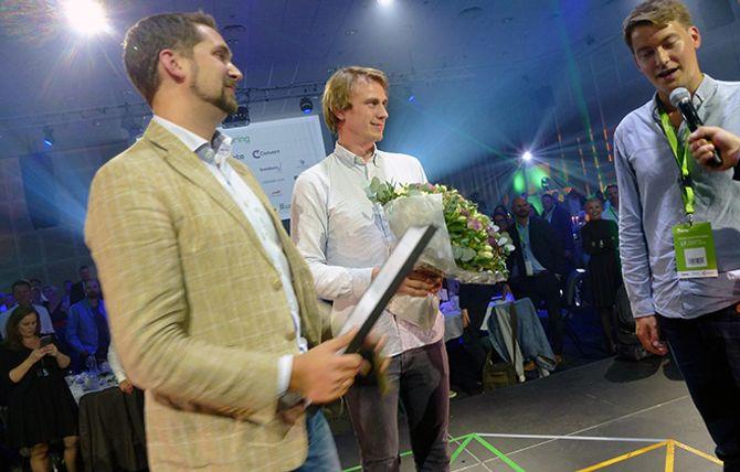 Fire av totalt ti Kolonial-gründere tok i mot prisen som «Årets Veiviser». Fra venstre: Karl Munthe-Kaas, Jon Kåre Steene og Christian Mikalsen. Produkt- og markedssjef Mats André Kristiansen hadde snurret av scenen et øyeblikk da bildet ble tatt.