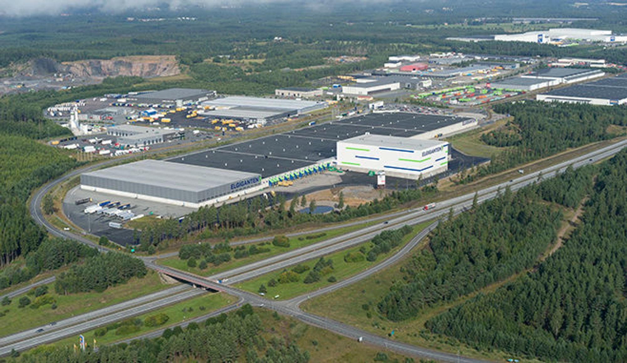 Slik ser det gigantiske Elkjøp Nordic-lageret i Jönköping ut fra luften.