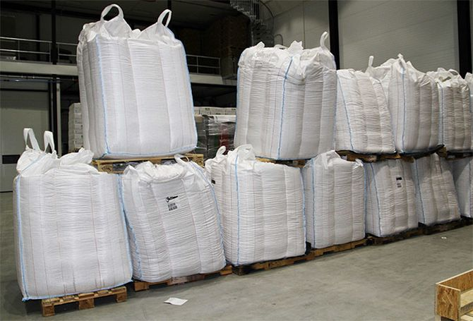 De baker 300 000 kransekaker med 18 ringer og 600 000 kransekakestenger per år. Til dette går det med 160 tonn mandler.