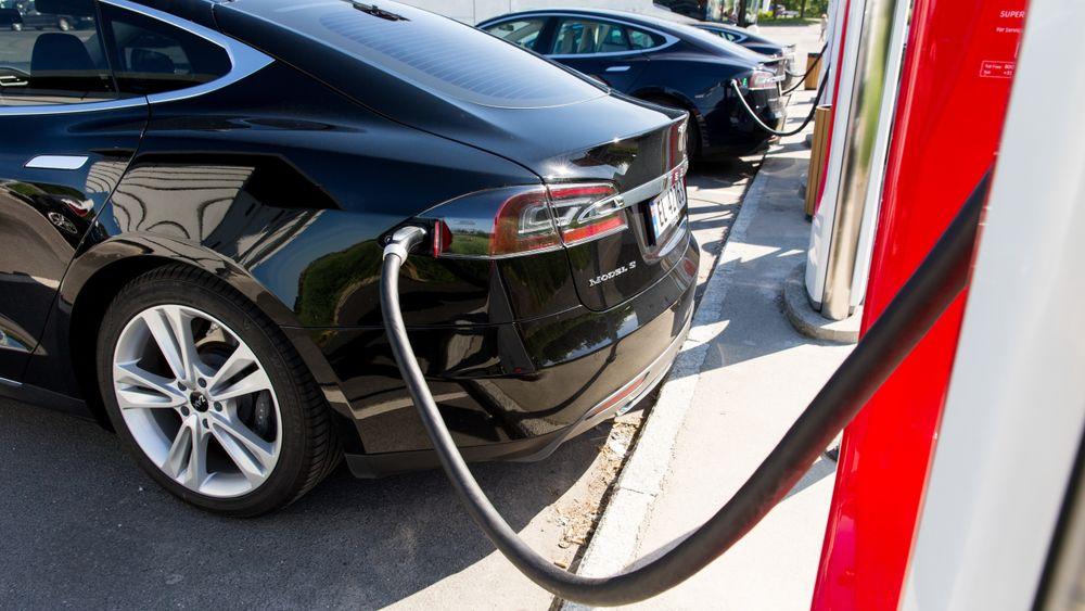 En Tesla Model S står til lading på Solli supercharger i Østfold. Nå tilbakekaller produsenten flere titalls tusen biler av modellen X og S.