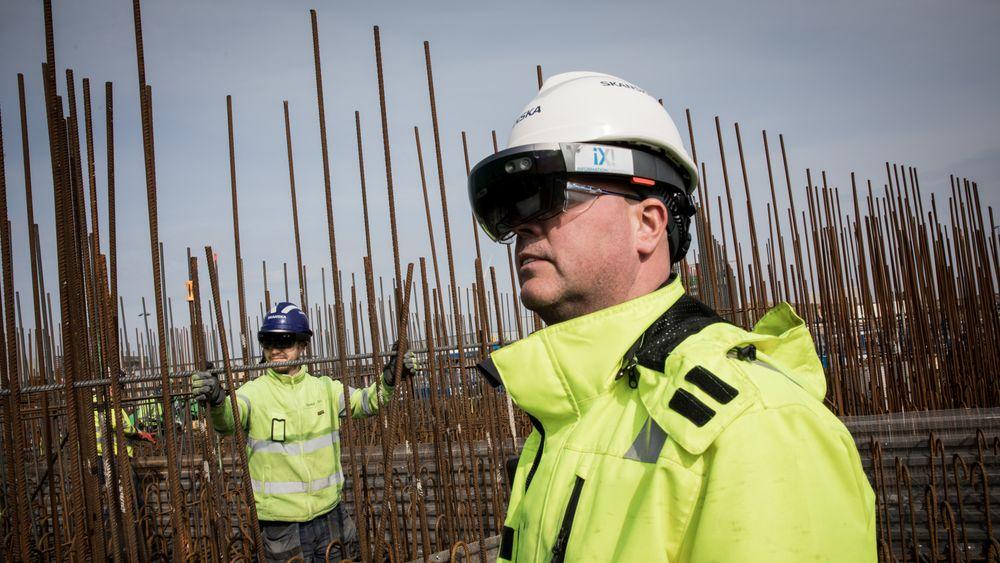 T.v Jesper Civilis, arbeidsleder på ESS, og Bohus Gatial, byggarbeider.
