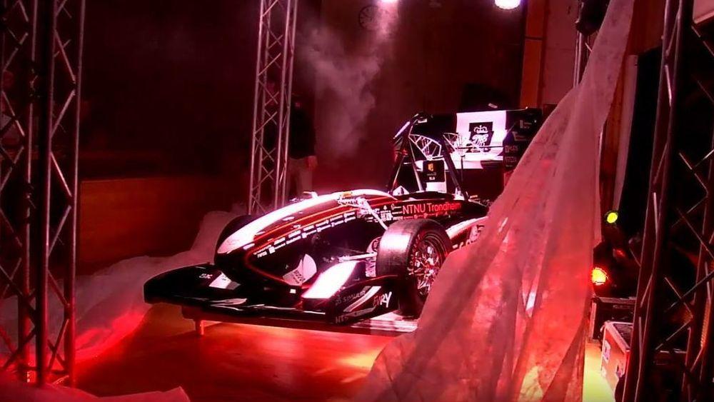 «Eld» er navnet på årets racerbil fra Revolve NTNU. Her er bilen akkurat avduket.